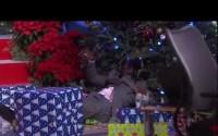 Bochornoso momento de Shaquille O'Neal al chocar con árbol de navidad