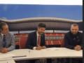Oribe Peralta firma su contrato antes del la presentación
