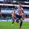 Alan Pulido no presta atención a lo dicho por Hermosillo