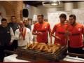 Héctor Herrera cumplió la tradición de trinchar el cochinillo